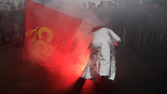 Un manifestant brandit un drapeau de la CGT à l'usine Goodyear d'Amiens, menacée de fermeture, le 12 février 2013.