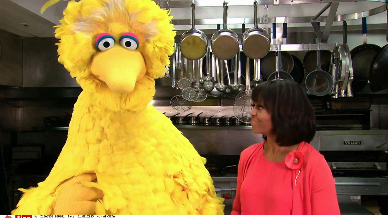 video michelle obama recrute big bird pour lutter contre l 39 ob sit. Black Bedroom Furniture Sets. Home Design Ideas