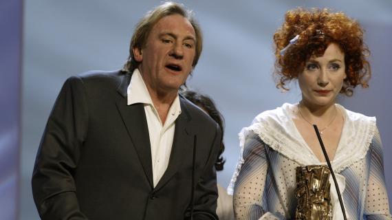 Ivre, Gérard Depardieu s'invite sur la scène du théâtre du Châtelet (Paris) alors que sa fille, Julie, a reçu deux César, en 2004.
