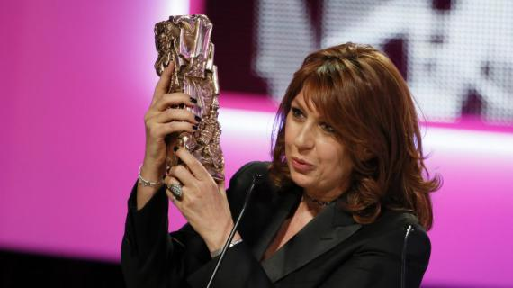 Valerie Benguigui reçoit le César dela meilleure actrice dans un second rôle, vendredi 22 février à Paris.