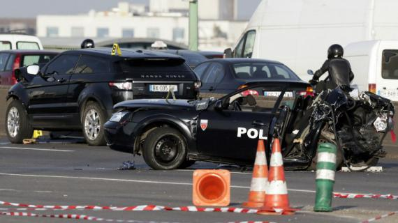 La voiture de police percutée par un 4X4 sur le périphérique près de Porte de la Chapelle à Paris le 21 février 2013.