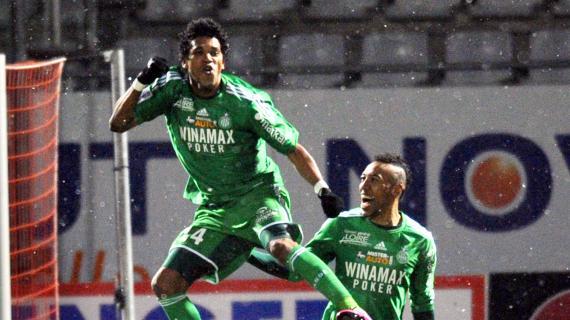 L'attaquant brésilien Brandao est félicité par son équipier Pierre-Emerick Aubameyang, après la large victoire de Saint-Etienne à Nancy le 23 février 2013.