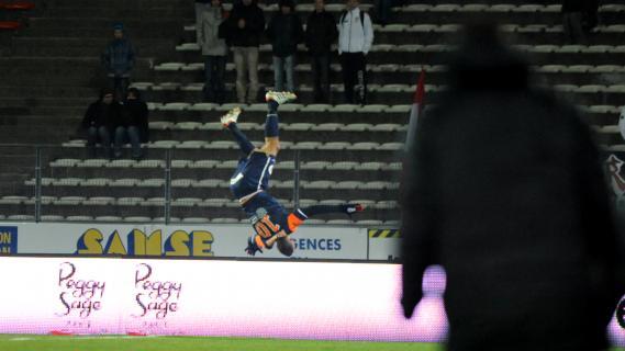 La cabriole du joueur de Montpellier Younès Belhanda, pour fêter son but sur le terrain d'Evian Thonon Gaillard, le 23 février 2013.