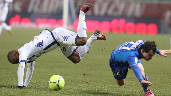 Le Troyen Julien Faussurier (en bleu) et le Bastiais Claudio Beauvue (en blanc) à la lutte pour un ballon, le 23 février 2013.