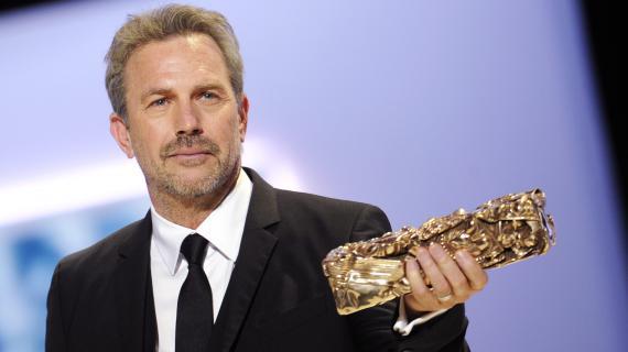 Le comédien américain Kevin Costner reçoit un César d'honneur pour l'ensemble de sa carrière, vendredi 22 février 2013 à Paris.