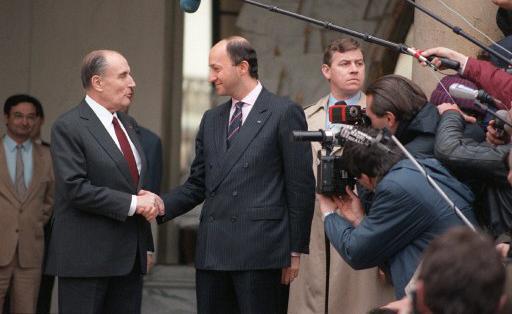 La main dans la main : Fabius reste attaché à François Mitterrand et représente le passé toujours présent du PS mais surtout de l'Elysée qui permet à Hollande de renforcer l'origine étrangère espagnole d'un Premier ministre néophyte qui a réunit un groupe sans légitimité de nomination suffisante, celui des Secrétaires d'Etat.