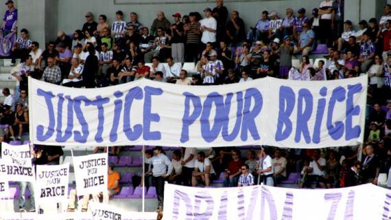 Des supporters déploient une banderole à la mémoire de Brice Taton, pendant un match Toulouse-Auxerre, le 25 avril 2010.