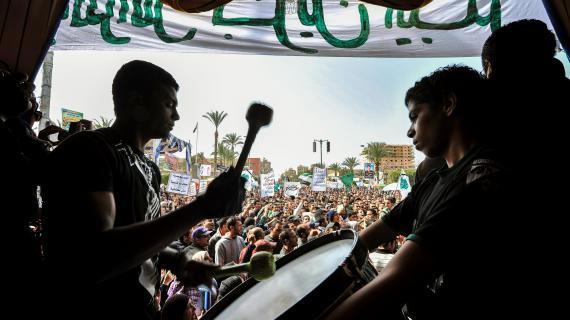 Un opposant égyptien tape au tambour lors d'une manifestation hostile au gouvernement de Mohamed Morsi, le 1er mars 2013 à Port Saïd (Egypte).