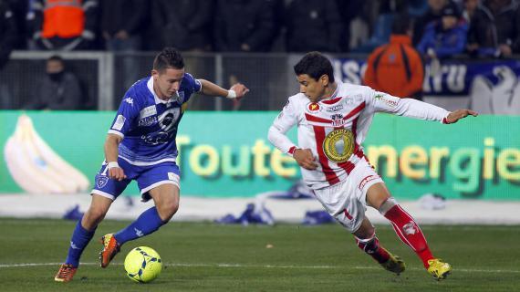 Le Bastiais Florian Thauvin (en bleu) face à l'Ajaccien Yohan Poulard (en blanc et rouge) lors du derby corse, le 2 mars 2013.