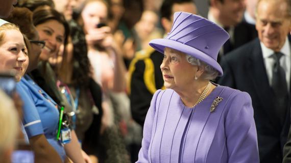 La reine Elisabeth II rencontre le personnel du Royal London Hospital, le 27 février 2013.
