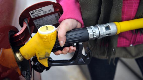 Une femme fait le plein de diesel, le 25 janvier 2012, à Pont-l'Abbé (Finistère).