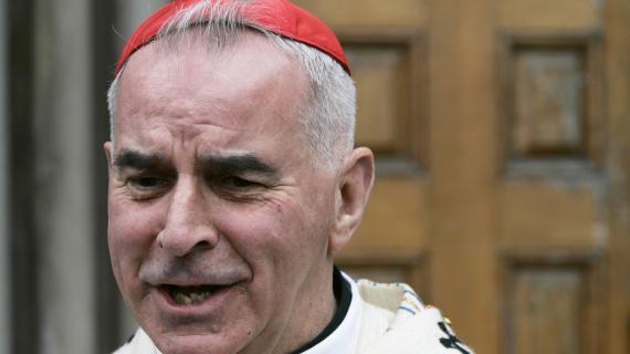 Le cardinal Keith O'Brien répond à des journalistes, le 31 mai 2007, à Edimbourg (Ecosse).