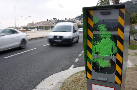 La méthode a fait ses preuves : les radars sont souvent mis hors d'état de fonctionner grâce à des bombes de peinture, comme ici à Menton (Alpes-Maritimes), le 11 février 2012.