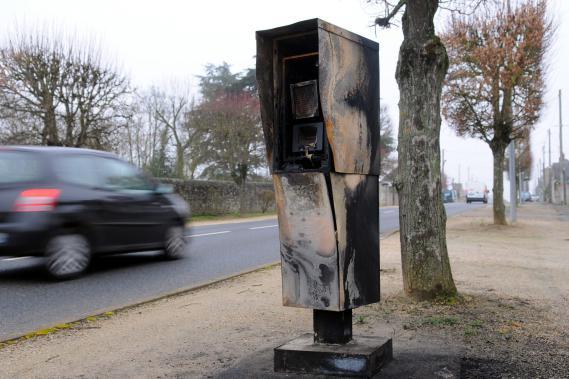 Mettre le feu reste une technique privilégiée pour détruire les radars, comme ici à Blois (Loir-et-Cher), le 8 janvier 2013.