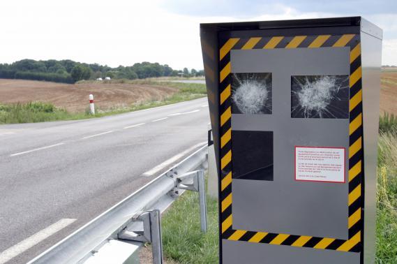 Parmi les méthodes de vandalisme répertoriées, on compte aussi le bris de glace grâce au marteau ou au fusil.