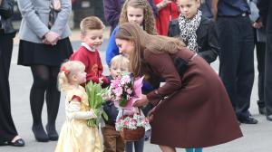 Bain de foule de Kate Middleton, enceinte de quatre mois