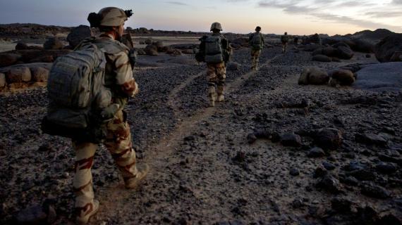 Des soldats français patrouillent dans les montagnes de l'Adrar des Ifoghas, dans le nord-est du Mali, le 1er mars 2013.