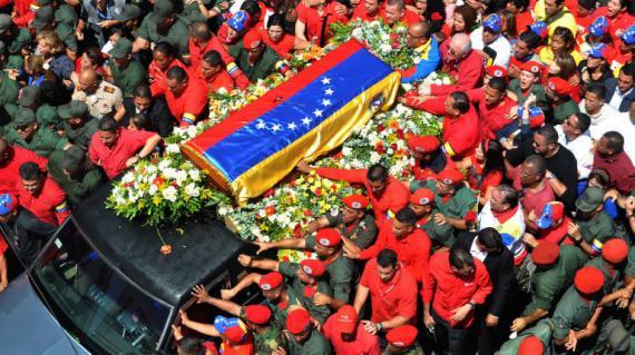 Le cercueil du président vénézuélienHugo Chavez entouré de milliers de partisans, à Caracas, le 6 mars 2013.