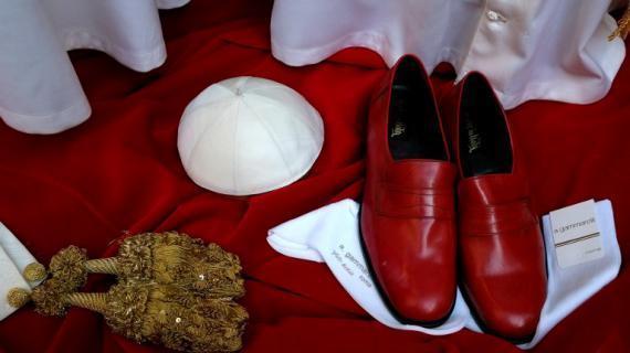 Une fois élu, le successeur de Benoît XVI devra porter ces habits de pape.