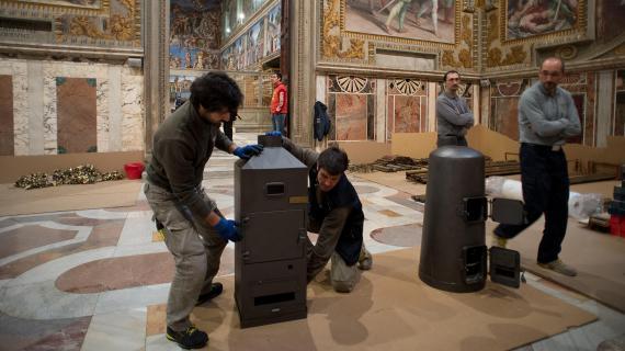 Des ouvriers installent les deux poêles dans la chapelle Sixtine, au Vatican, le 7 mars 2013.