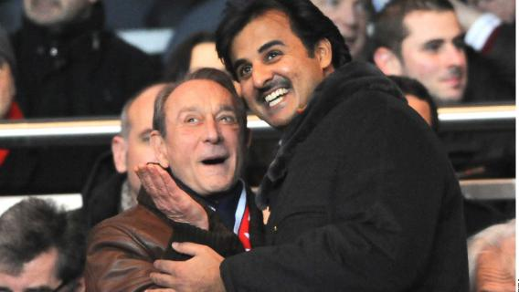 Bertrand Delanoë (à gauche) tombe dans les bras du prince héritier du Qatar,Tamim ben Hamad Al-Thani, lors d'un PSG-Montpellier au Parc des Princes, le 19 février 2012.