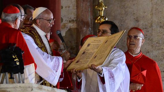 Le pape François Ier, fraîchement élu, s'adresse aux fidèles réunis place Saint-Pierre au Vatican, le 13 mars 2013.