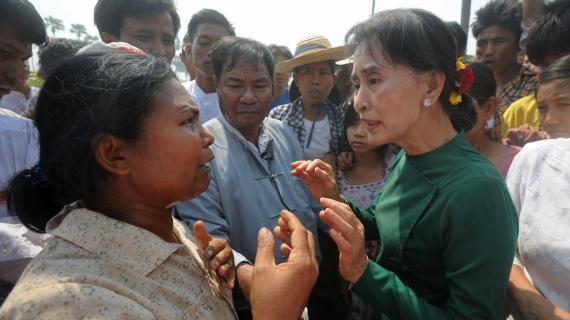 Aung San Suu Kyi discute avec une villageoise dans les environs de Monywa (Birmanie), le 14 mars 2013.