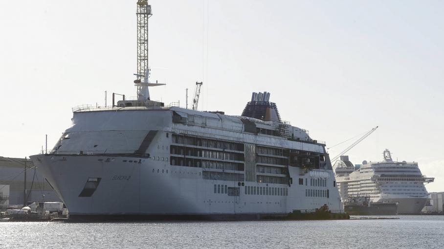 L'Europa 2 et le MSC Prezosia, en construction au chantier naval STX de Saint-Nazaire (Loire-Atlantique), le 5 décembre 2012.