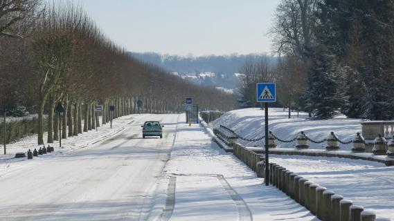 Une route enneigée à Gouvernes (Seine-et-Marne), le 13 mars 2013.