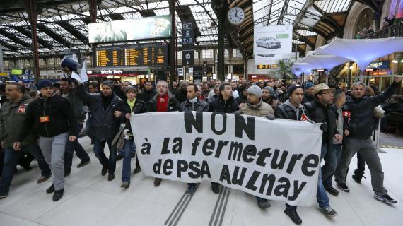 Des salariés de l'usine PSA d'Aulnay-sous-Bois manifestent gare de Lyon, à Paris, le 19 mars 2013.