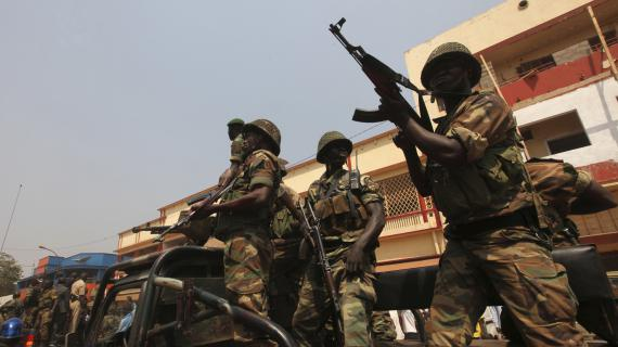 Des soldats centrafricains escortent un convoi présidentiel, le 10 janvier 2013, à Bangui.