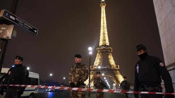 Les forces de l'ordre empêchent l'accès à la Tour Eiffel, le 30 mars 2013, à Paris.