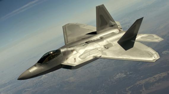 Un avion de chasse furtif américainF-22 Raptor lors d'un vol de test au-dessus du Nevada, aux Etats-Unis, le 13 mars 2012.