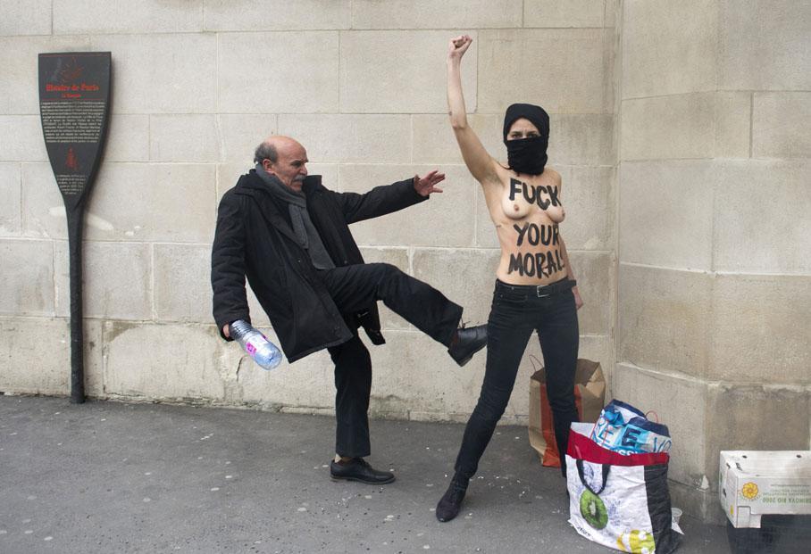 Un homme donne un coup de pied à une militante Femen lors d'une action devant la Grande mosquée de Paris, le 3 avril 2013.