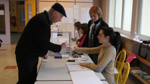 Dans un bureau de vote, le 7 avril 2013 à Kingersheim (Alsace). Les électeurs de l'Alsace sont appelés se rendre dans les urnes pour voter pour ou contre un conseil unique dans la région.