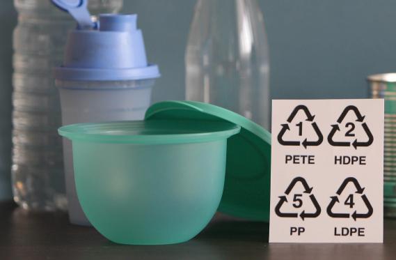 De nombreux récipients en plastique contiennent du bisphénol A, jugé à risque par l'Agence nationale de sécurité sanitaire le 9 avril 2013.