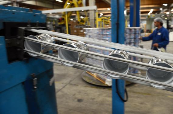 Un employé d'une entreprise spécialisée dans l'emballage métallique surveille la chaîne de fabrication des boîtes de conserve, le 8 octobre 2012.