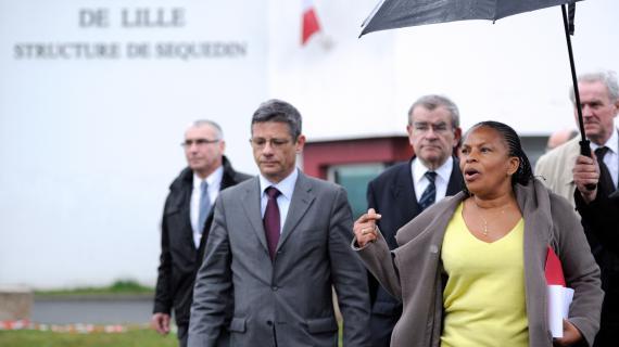 Christiane Taubira, le 13 avril 2013, lors d'un point presses devant la prison de Senequin(Nord), après l'évasion de Raidoine Faïd.