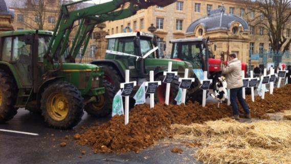 Des agriculteurs ont manifesté à Charleville-Mézières (Ardennes), vendredi12 avril 2013.
