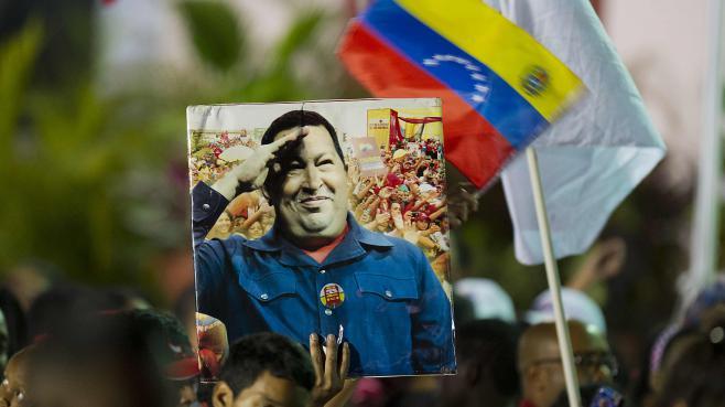 Des soutiens du président par interim, Nicolas Maduro, célèbrent la victoire de l'héritier d'Hugo Chavez à l'élection présidentielle dimanche 14 avril à Caracas (Venezuela).