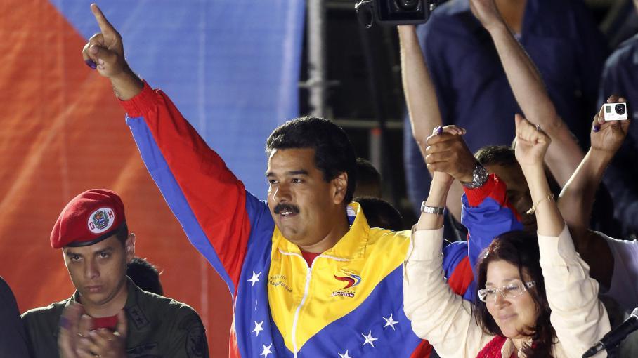 Nicolas Maduro, vainqueur de la présidentielle venezuelienne, célèbre sa victouire aux côtés de son épouse Cilia Flores le 14 avril 2013 à Caracas (Venezuela).