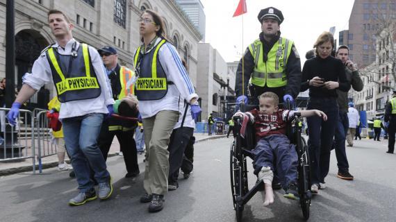 Les secours évacuent des blessés après les explosions au marathon de Boston, le 15 avril 2013.