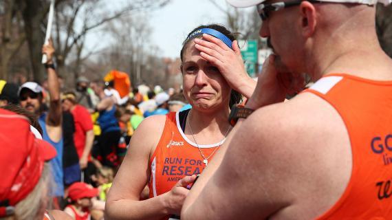 Des coureurs sous le choc après les explosions qui ont fait au moins deux morts pendant le marathon de Boston, lundi 15 avril.