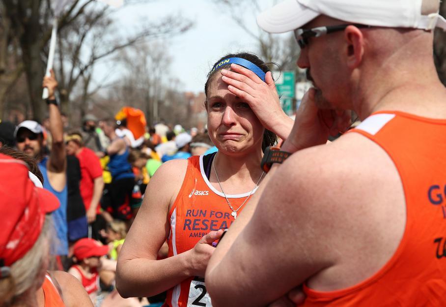 Des coureurs choqués sont rassemblés sur Kenmore Square, à Boston, après les deux explosions.