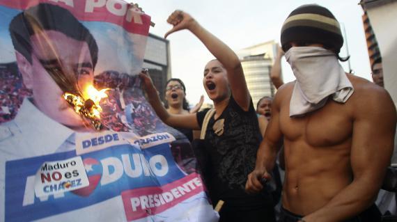 Des partisans de l'opposant Henrique Capriles manifestent après l'élection de Nicolas Maduro à la tête du Venezuela, à Caracas, le 15 avril 2013.