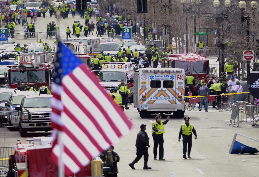 Les secours se pressent près de la ligne d'arrivée du marathon de Boston, où ont retenti les deux explosions.