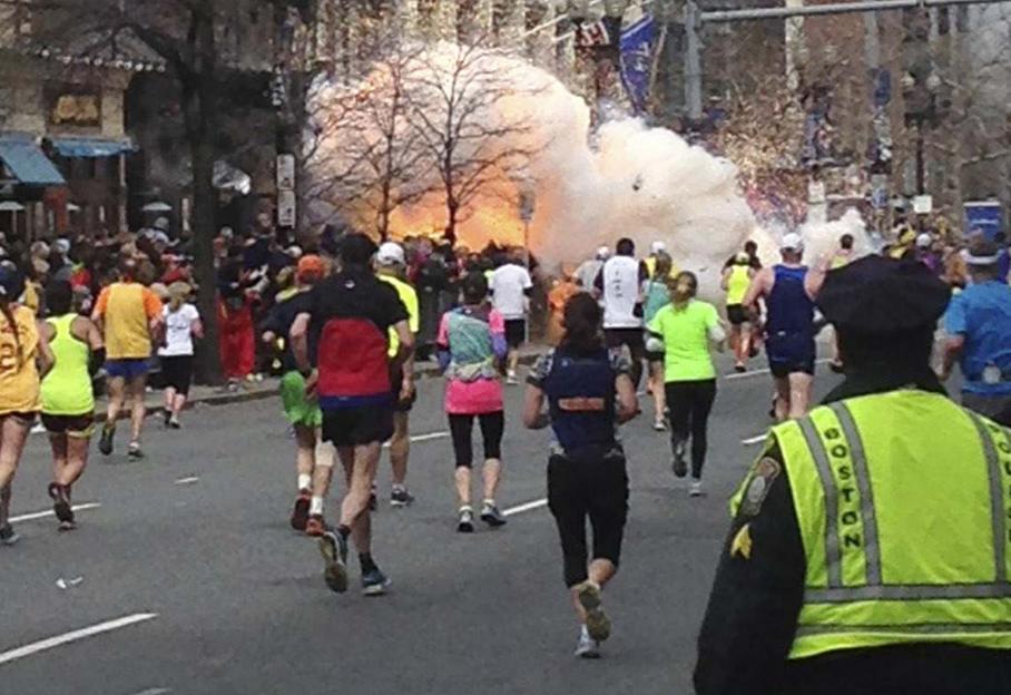Les coureurs du marathon de Boston à quelques mètres de l'arrivée, lorsqu'une des deux explosions a retenti, lundi 15 avril.