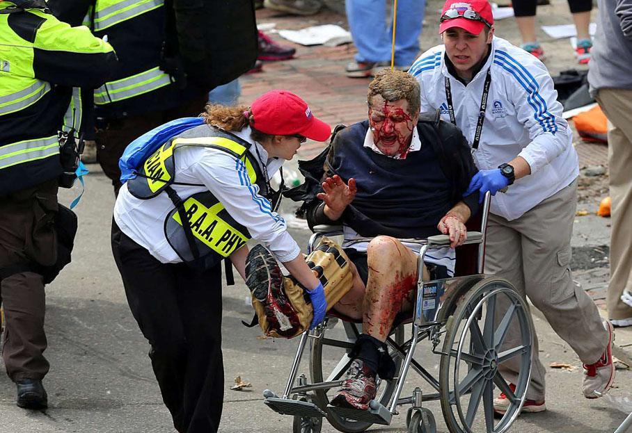 Les secours évacuent une personne blessée.