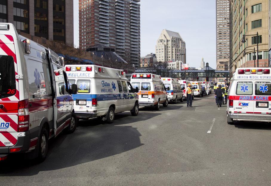 Des ambulances stationnent près du lieu des explosions.
