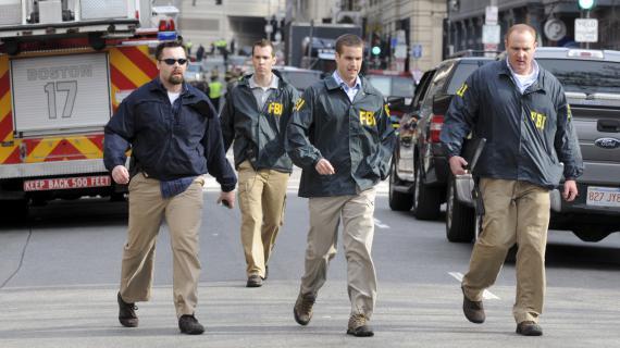 Des agents du FBI dans les rues de Boston (Etats-Unis), après les attentats qui ont endeuillé le marathon annuel, le 15 avril 2013.
